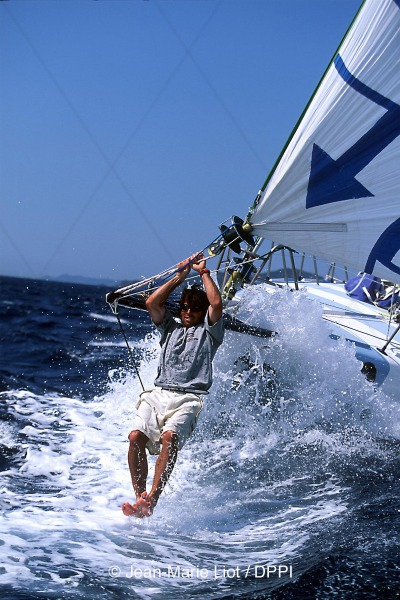 SAILING - 9908 - VENDEE GLOBE 2000 - PREPARATION - SOLIDAIRES - THIERRY DUBOIS (FRA) - PHOTO : JEAN-MARIE LIOT / DPPI