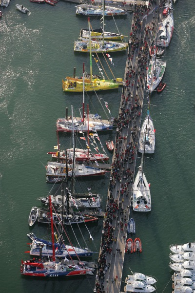 SAILING - VENDEE GLOBE 2004-2005 - LES SABLES D'OLONNE (FRA) - 05/11/2004 - PHOTO : BENOIT STICHELBAUT / POOL DPPI AMBIANCE - THE CROWDED PONTOON