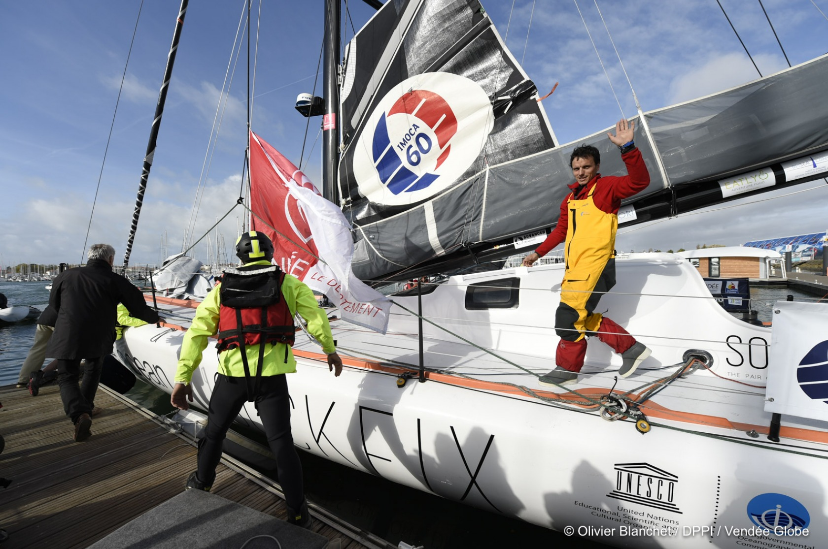 http://www.vendeeglobe.org/medias/03/05/30563/didac-costa-esp-skipper-one-planet-one-ocean-re-start-in-the-vendee-globe-race-in-les-sables-d-olonne-france-on-november-10th-2016-photo-olivier-blanchet-dppi-vendee-globedidac-costa-esp-skipper-one-planet-one-ocean-retour-dans-la-cou-r-1680-1200.jpg