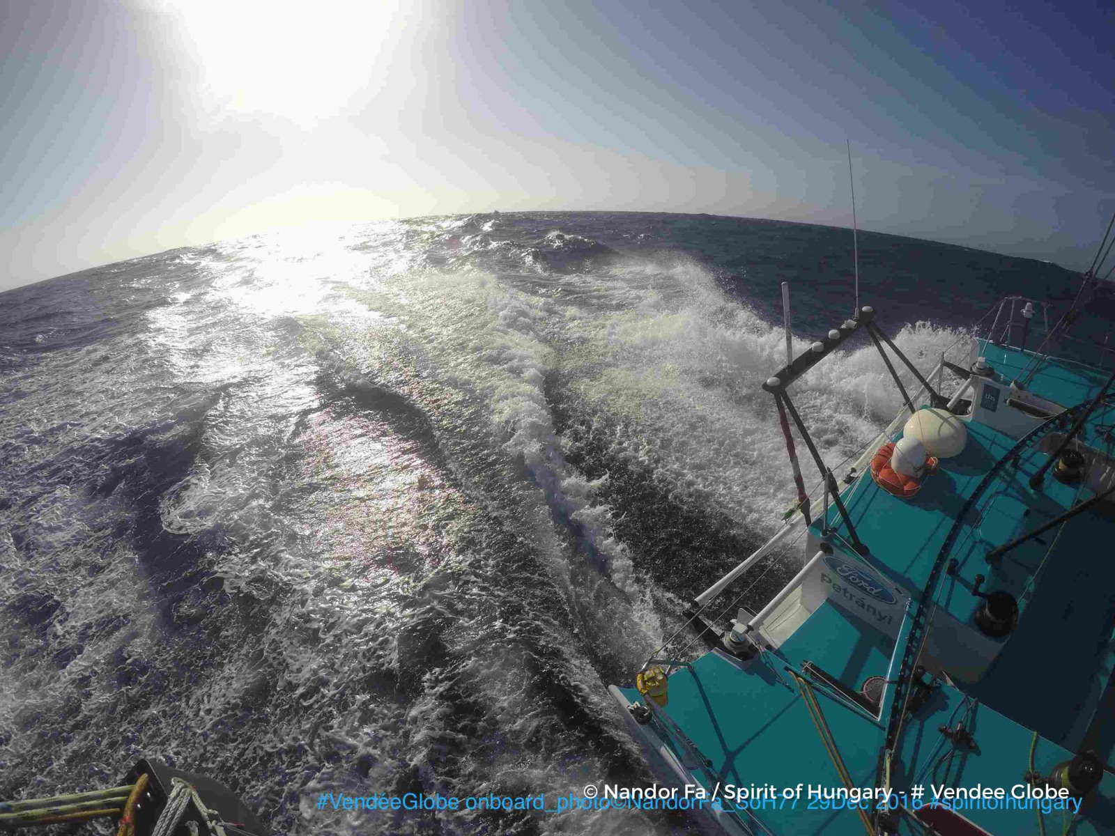 Photo sent from the boat Spirit of Hungary, on December 28th, 2016 - Photo Nandor FaPhoto envoyée depuis le bateau Spirit of Hungary le 28 Décembre 2016 - Photo Nandor FaSOH77 HEADING TO THE BIG CAPE - everything is all right on boardPoz: dec. 29, 07