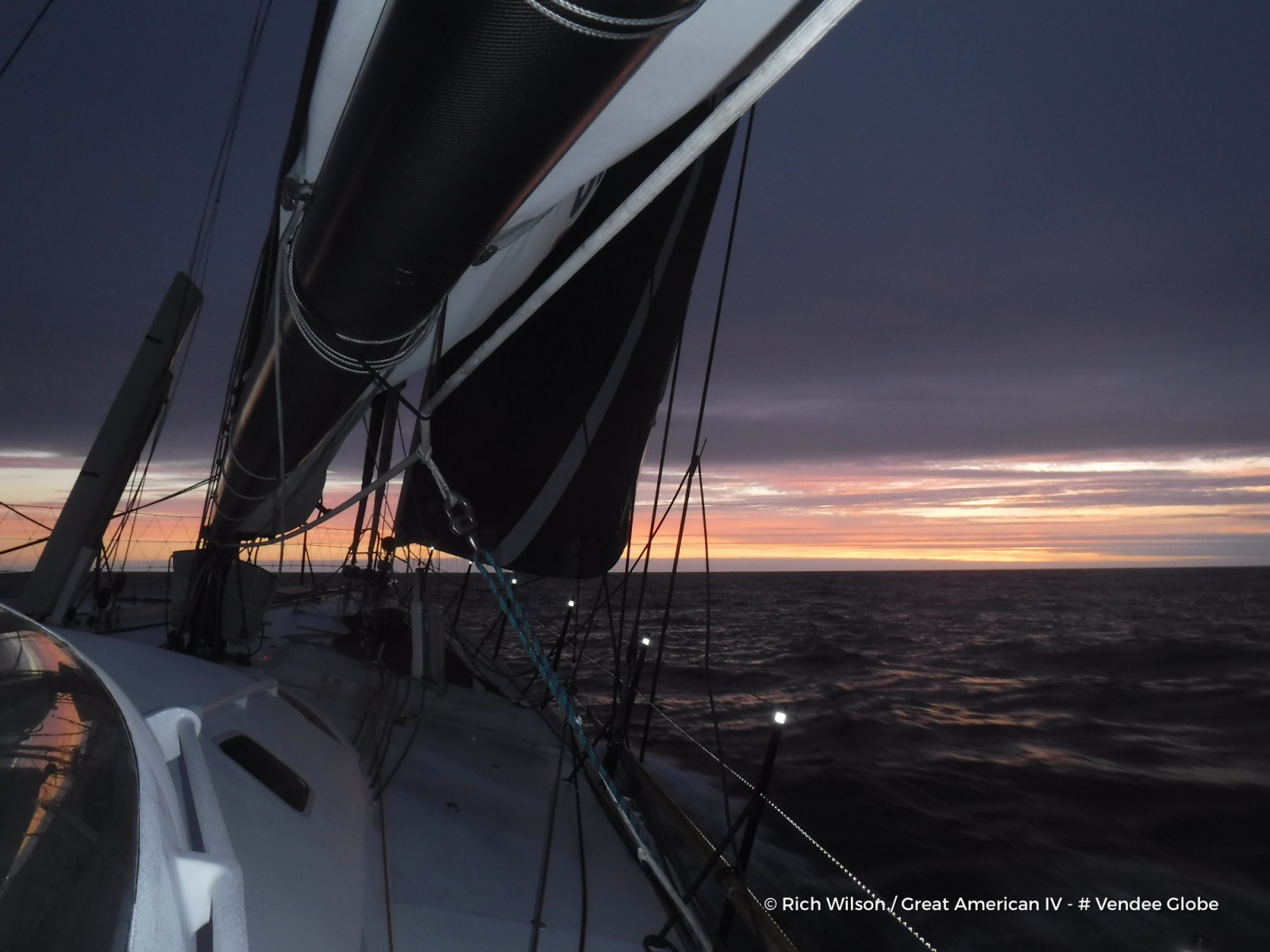 Photo sent from the boat Great American IV, on January 8th, 2017 - Photo Rich WilsonPhoto envoyée depuis le bateau Great American IV le 8 Janvier 2017 - Photo Rich Wilson
