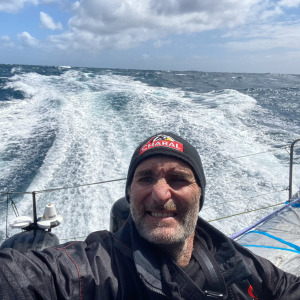 Jérémie Beyou continues his race in heavy seas with 25-35 knots of wind