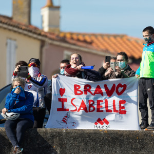 The supporters are there to welcome Isabelle