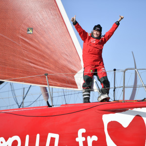 Sam Davies arrives in Les Sables d'Olonne and finishes his circumnavigation of the world out of the race.
